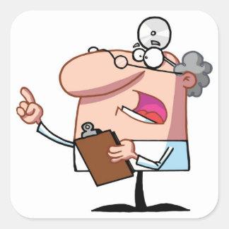 Doctor que sostiene un tablero pegatina cuadrada