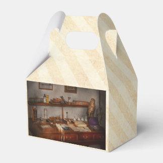 Doctor - veterinario - el escritorio de un caja para regalo de boda
