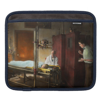 Doctor - X-Ray - In the doctors care 1920 iPad Sleeve