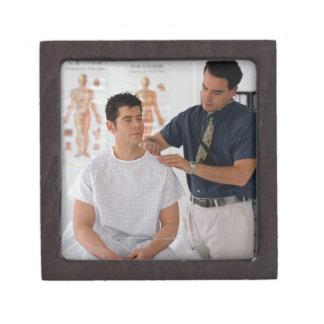 Doctor y paciente caja de recuerdo de calidad
