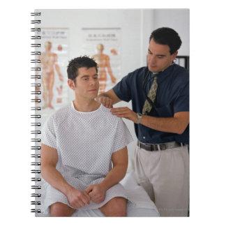 Doctor y paciente libros de apuntes con espiral