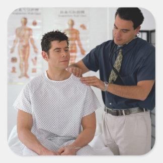 Doctor y paciente calcomanía cuadrada personalizada