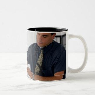 Doctor y paciente taza de café