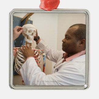 Doctores del estudiante que estudian la anatomía adorno navideño cuadrado de metal