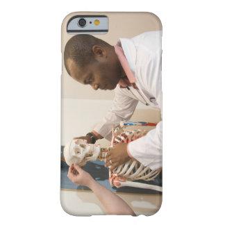 Doctores del estudiante que estudian la anatomía funda barely there iPhone 6