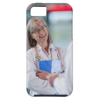 Doctores que hablan junto en vestíbulo del iPhone 5 fundas