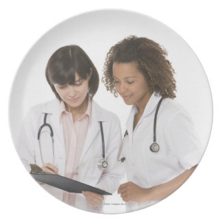 Doctores que miran el tablero platos