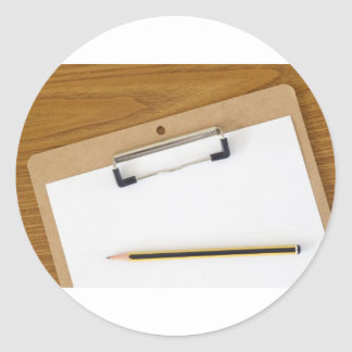 Documento en blanco sobre un tablero pegatina redonda
