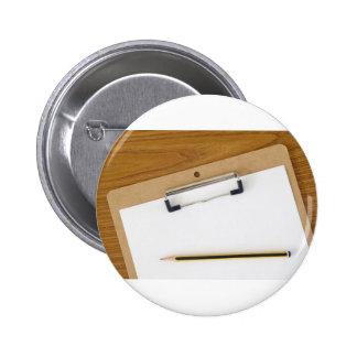 Documento en blanco sobre un tablero pin