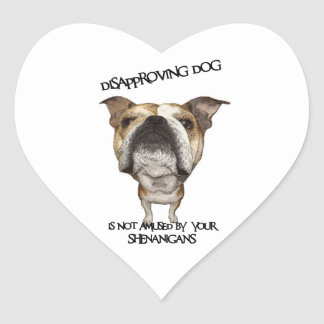 Dogo de desaprobación del perro no divertido por calcomanías corazones