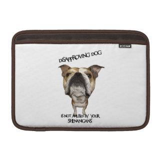 Dogo de desaprobación del perro no divertido por S Funda Macbook Air