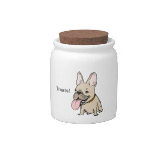 Dogo francés divertido con la lengua enorme que se jarra para caramelo