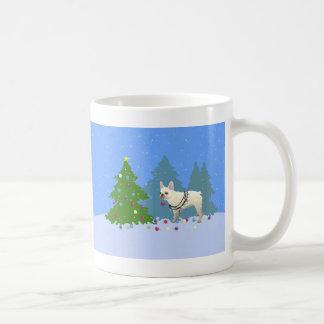 Dogo francés que adorna el árbol en el bosque taza clásica