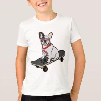 Dogo francés w/sunglasses que anda en monopatín playera