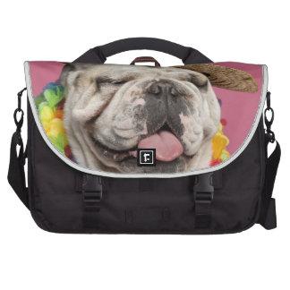 Dogo inglés (18 meses) que lleva una paja bolsas para portatil