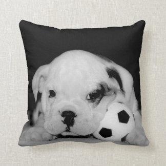 """Dogo inglés del perrito del fútbol"" Cojín Decorativo"