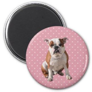 Dogo lindo con el fondo rosado de los lunares imán redondo 5 cm