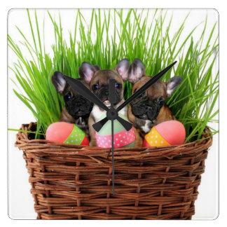 Dogos franceses de Pascua Reloj Cuadrado