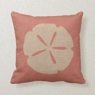 Dólar de arena en el rosa coralino cojin