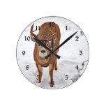 Dólar de los ciervos en nieve del invierno relojes de pared