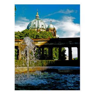 Dom del berlinés y postal de la fuente