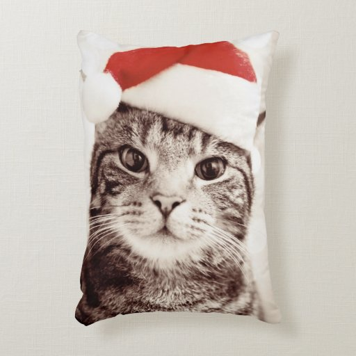 foto de Domestic tabby cat wearing red Christmas hat Accent Pillow
