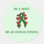 Donante verde de la cinta de los corazones etiquetas redondas