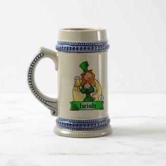 Doncella irlandesa del día de St Patrick Jarra De Cerveza