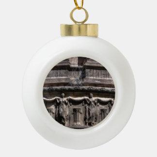 Doncellas en el pilar adorno de cerámica en forma de bola