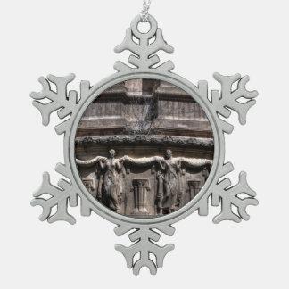 Doncellas en el pilar adorno de peltre en forma de copo de nieve