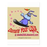 Done su amor con el conejito de la tarjeta del día tarjeta postal