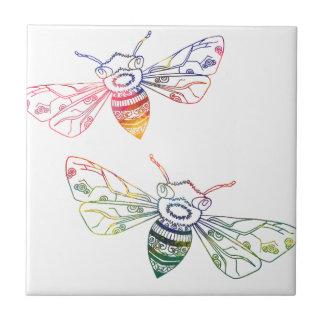Doodles multicolores de la abeja azulejo cuadrado pequeño