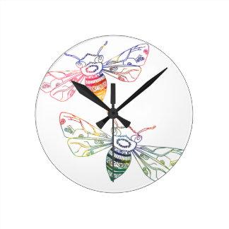 Doodles multicolores de la abeja reloj redondo mediano