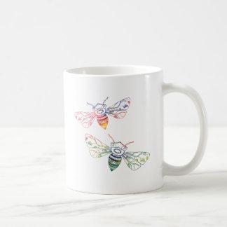 Doodles multicolores de la abeja taza clásica