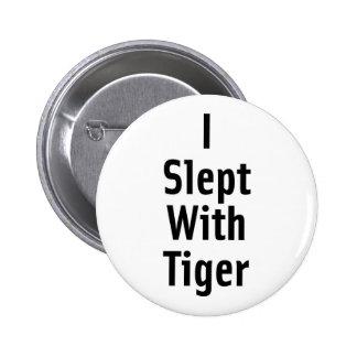Dormí con el tigre pin redondo de 2 pulgadas