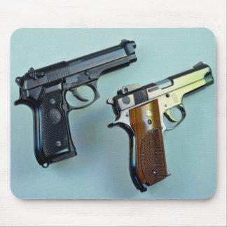 Dos .45 arma automático del calibre para los amant alfombrillas de ratones