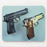Dos .45 arma automático del calibre para los amant alfombrillas de raton