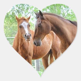 Dos amigos del caballo pegatina en forma de corazón