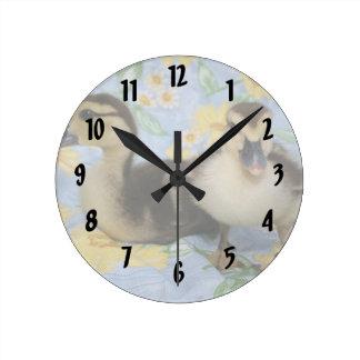 dos anadones de Ruán contra fondo florecido Reloj Redondo Mediano