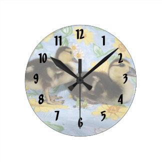 dos anadones de Ruán que hacen frente a la derecha Reloj Redondo Mediano
