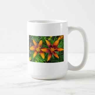 dos anaranjados y lillies rojos del tigre taza de café