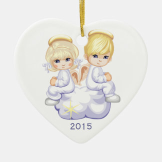 Dos ángeles en el ornamento de encargo del navidad adorno de cerámica en forma de corazón