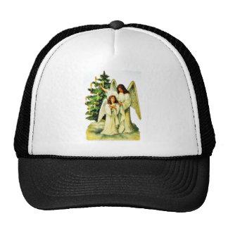 Dos ángeles que colocan el infront de un árbol de  gorros bordados