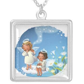 Dos ángeles que se sientan en las nubes colgante cuadrado