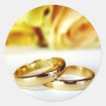 Dos anillos de bodas del oro etiquetas redondas