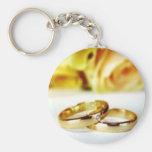 Dos anillos de bodas del oro llavero personalizado