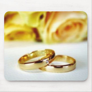 Dos anillos de bodas del oro tapete de ratones