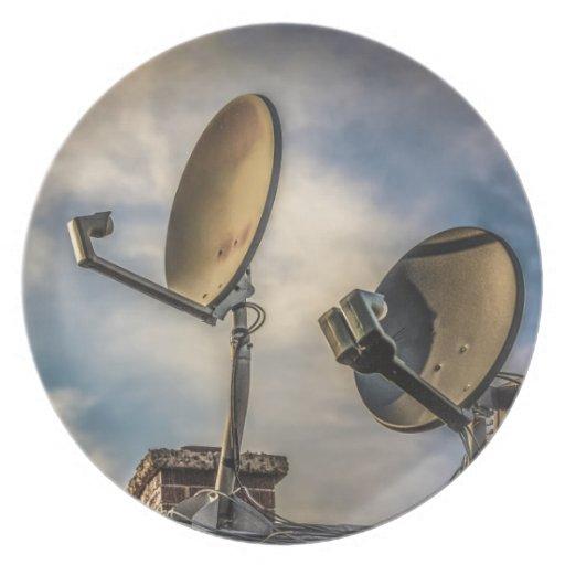 Dos antenas parabólicas en el cielo plato para fiesta