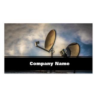 Dos antenas parabólicas en el cielo tarjeta de visita
