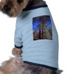 dos árboles en las maderas camisetas de perro